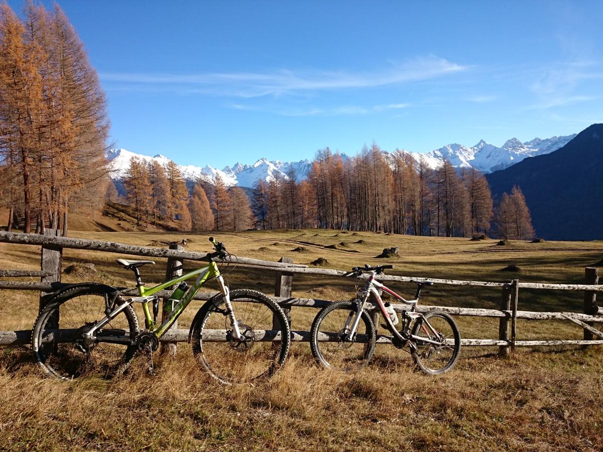 Wellness fürs Auge, und die Mountainbikes dürfen sich auch in Ischgl mal kurz erholen.